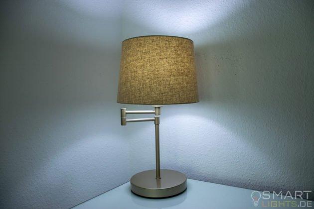 LIFX Mini Day & Dusk E27 Lampe in einer Tischlampe leuchtet in kaltweiß