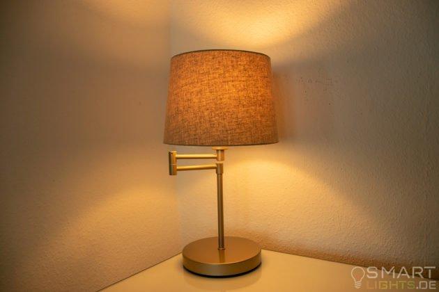 LIFX Mini Day & Dusk E27 Lampe in einer Tischlampe leuchtet in warmweiß (gelblich)