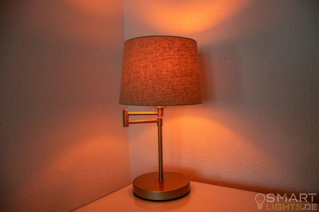 LIFX Mini Day & Dusk E27 Lampe in einer Tischlampe leuchtet in warmweiß (rötlich)
