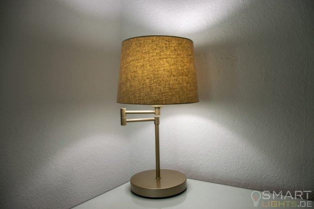 LIFX Mini Day & Dusk E27 Lampe in einer Tischlampe leuchtet in weiß