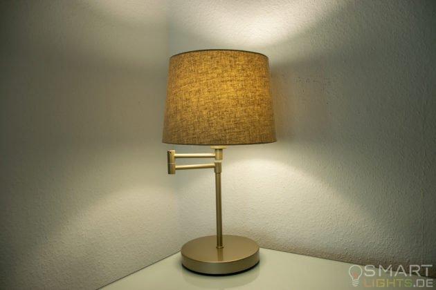 LIFX Mini Day & Dusk E27 Lampe in einer Tischlampe leuchtet in weiß (grünlich)