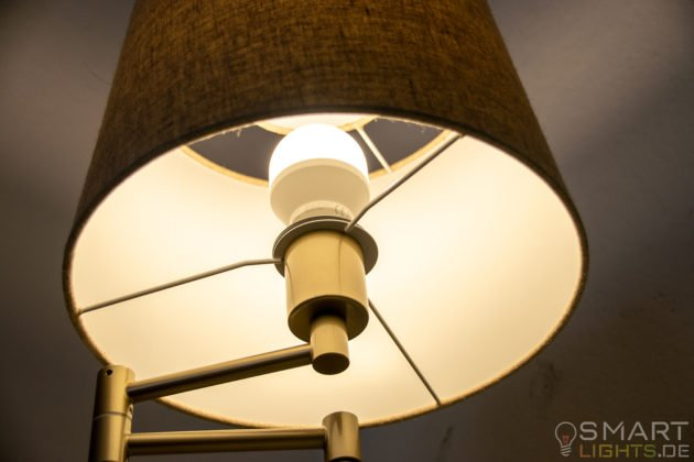 LIFX Mini Day & Dusk E27 smarte WLAN LED-Lampe L3A19MTW08E27 leuchtet in weiß (grünlich)
