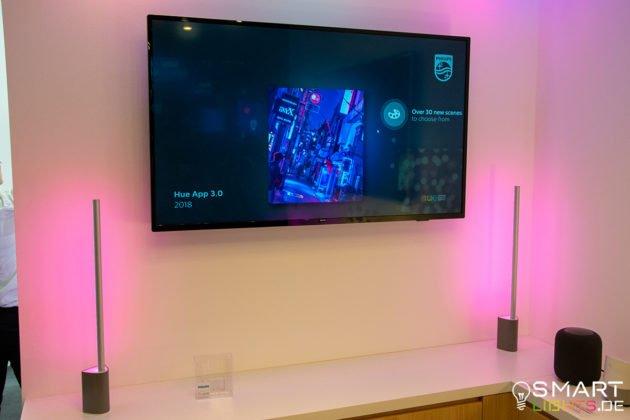 Philips Hue Signe Tischlampe neben dem Fernseher