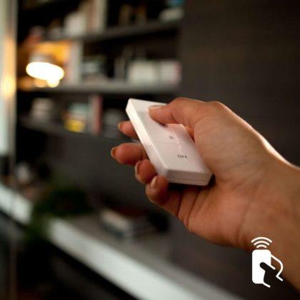 Philips Hue Wireless Dimming Schalter in der Hand